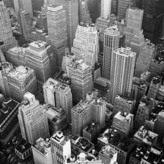 Ciudad en blanco y negro vista desde ángulo en picada