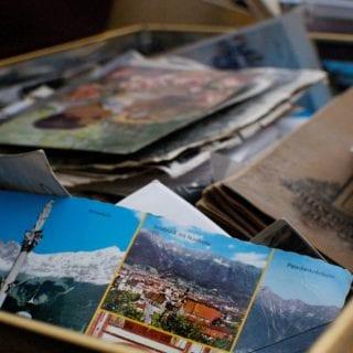 Pilas de fotografías a color en papel, archivo