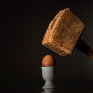 Mazo a punto de romper un huevo