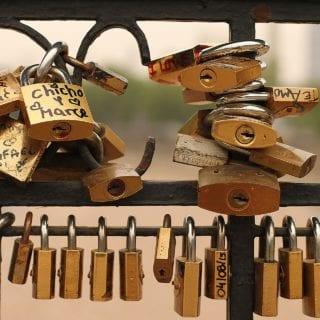 Candados cerrados en la baranda de un puente