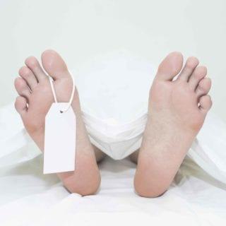 Pies de cadáver con etiqueta