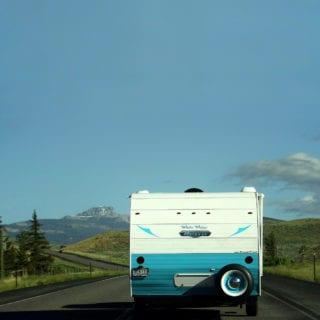 autocaravana vista desde atrás camino de la montaña