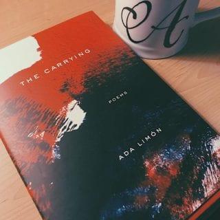 Portada del libro The Carring, de la poeta venezolana Ada Limón