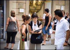 Reclutadora de una ONg captando clientes en la calle