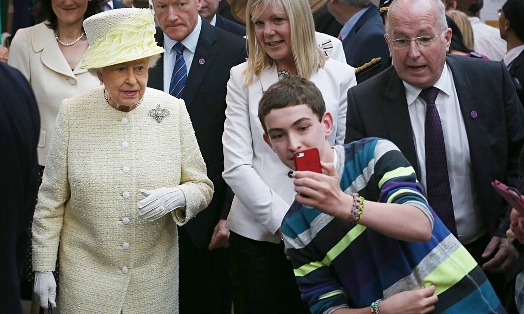 Queen-Elizabeth-II-selfie